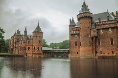 德哈尔与华丽砖塔的城堡门面和水护城河在雨天,在乌得勒支附近 库存照片