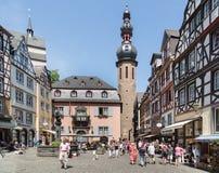 德国中世纪城市Bernkastel的中心有购物游人的 免版税库存照片
