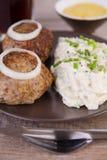 德国丸子用自创土豆沙拉 库存照片