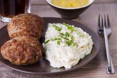 德国丸子用自创土豆沙拉 免版税库存图片