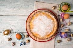 德国人在陶器和鸡蛋的复活节蛋糕 图库摄影