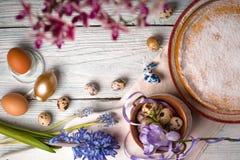 德国人复活节蛋糕,鸡蛋,花,在桌拷贝空间的丝带 免版税库存图片