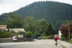 德国人民乘坐的自行车在德国的乡下实践在路的种族 库存照片