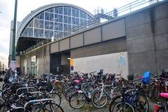 德国人民停止并且锁自行车在柏林中央车站铁路中央驻地旁边的自行车停车处 免版税库存照片