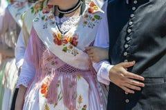 德国人血统的妇女和人穿的传统德国民间服装细节  免版税库存图片