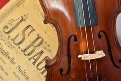 德国古老小提琴和笔记 免版税图库摄影