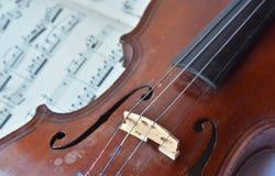 德国古老小提琴和笔记 库存图片