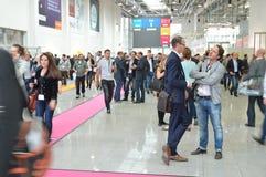 德国商业展览的年轻商人 免版税图库摄影