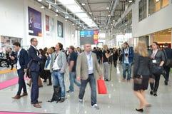德国商业展览的年轻商人 免版税库存图片