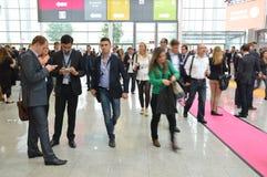 德国商业展览的年轻商人 免版税库存照片