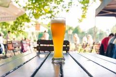 德国啤酒在木表Biergarten传统Cul上的0,5公升 库存照片