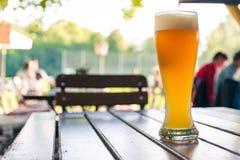 德国啤酒在木表Biergarten传统Cul上的0,5公升 免版税库存照片