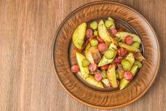 德国土豆沙拉用烟肉和香肠 顶视图 拷贝空间 库存照片