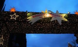德国圣诞节市场标志在晚上打开了 免版税库存照片