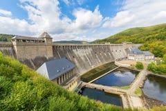 德国埃德尔塔尔水坝在山之间的绍尔兰山 库存照片