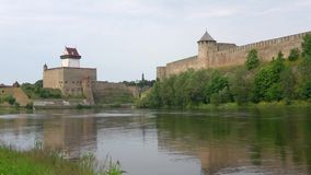 德国城堡和Ivangorod堡垒,多云威严的天 股票录像