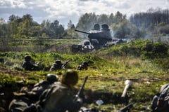 德国士兵和俄国坦克 历史重建,战斗在二战期间的战士 免版税库存图片