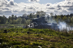 德国士兵和俄国坦克 历史重建,战斗在二战期间的战士 库存图片