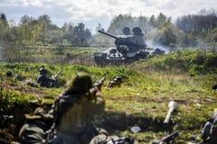 德国士兵和俄国坦克 历史重建,战斗在二战期间的战士 库存照片