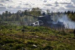 德国士兵和俄国坦克 历史重建,战斗在二战期间的战士 免版税库存照片