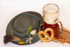 德国帽子用啤酒斯坦和椒盐脆饼 免版税库存照片