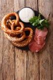德国开胃菜:切的蒜味咸腊肠和椒盐脆饼与调味汁特写镜头 免版税库存照片
