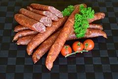 德国德国蒜肠,未加工的多味腊肠,香肠,德国蒜肠,食物 库存照片