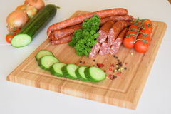 德国德国蒜肠,未加工的多味腊肠,香肠,德国蒜肠,食物 图库摄影