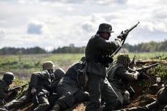 德国战士 历史重建,战斗在二战期间的战士 图库摄影