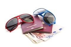德国护照、太阳镜和金钱 免版税库存照片