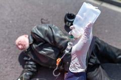 德国救护车服务人在一个受伤的骑自行车的人附近举行注入 免版税库存图片