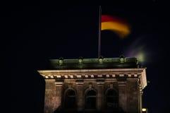 德国旗子在Reichstag大厦的晚上在柏林,德国 免版税库存图片