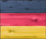 德国旗子的被弄脏的木头 免版税库存图片