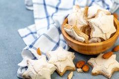 德国曲奇饼Zimtsterne用桂香和姜 免版税库存照片
