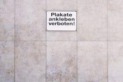 德国标志Plakate不ankleben禁没禁止翻译作为岗位票据 库存图片