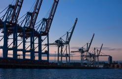 德国汉堡 集装箱码头在晚上 库存图片