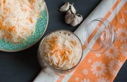 德国泡菜和红萝卜沙拉在土气样式 泡菜用红萝卜 在玻璃瓶子的用卤汁泡的圆白菜 免版税库存照片