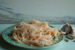 德国泡菜和红萝卜沙拉在土气样式 泡菜用红萝卜 在玻璃瓶子的用卤汁泡的圆白菜 库存图片