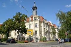 德国波茨坦 与一个塔的有角大厦在Hebbelshtrasse街上 库存图片
