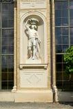 德国波茨坦 与一个篮子的人的雕塑在温室宫殿的适当位置的头 圣寿司公园  免版税图库摄影