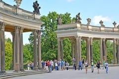 德国波茨坦 关于弗雷德里克宫殿的柱廊的游人伟大在Sanssousi公园 库存照片