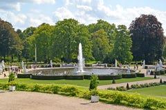 德国波茨坦 大喷泉的看法在一个装饰庭院, Sanssousi公园里  免版税库存图片