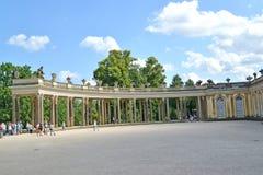 德国波茨坦 弗雷德里克thepalace柱廊的翼伟大在Sanssousi公园 库存图片