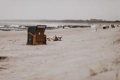 德国海滩睡椅在Ostseebad阿伦斯霍普 免版税库存照片