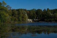 德国湖Moehnesee与Wameler桥梁的秋天 图库摄影