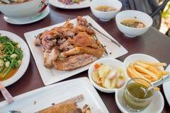 德国猪肉飞腓节,油炸用炸薯条和开胃菜 免版税库存照片