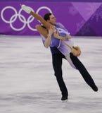 德国的奥林匹克冠军Aljona Savchenko和布鲁诺滑冰的Massot在对执行任意滑冰在2018次冬季奥运会 免版税库存照片