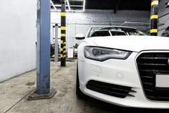 德国肮脏的白色汽车来了到维修车间 在锂的立场 库存图片