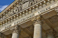 德国议会Reichstag -联邦议会的上面的建筑细节在柏林 免版税库存图片