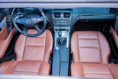 德国豪华大型高级轿车-棕色皮革内部,大全景遮阳篷顶,运动器材 免版税库存照片